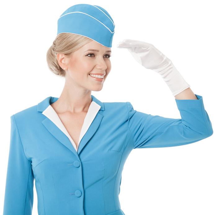 Eine Stewardess in Hellblauer Uniform begrüßt Sie auf Ihrem Flug