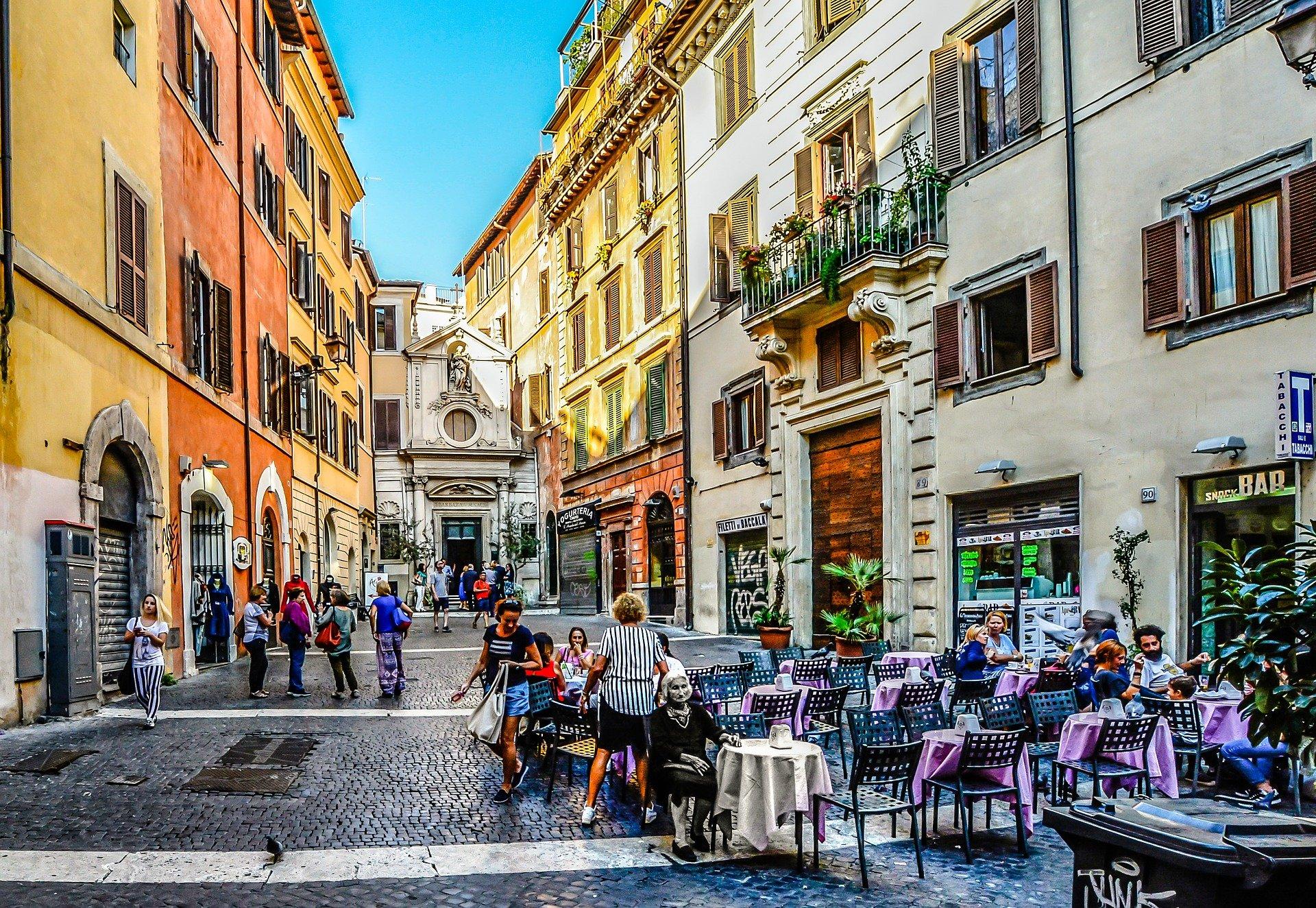 Rom Innenstadt, ein schönes Cafe in einer belebten Seitenstraße |Flug und Hotel in Rom gefunden bei BAVOU.DE